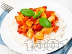 Бяло пилешко месо на хапки с чушки и моркови върху канапе от варен бял ориз - снимка на рецептата